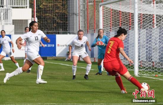 10月21日,第七届世界军人运动会女足小组赛在武汉举行。中国八一女足(红衣)4:0轻取美国女足,以小组第一名的成绩晋级。中新社记者 安源 摄
