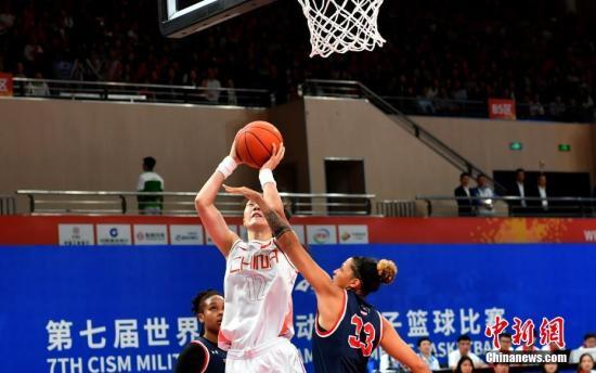 10月21日,第七届世界军人运动会女篮第三轮比赛在武汉举行。中国八一女篮以119:71击败美国队,斩获了开赛以来的三连胜。/p中新社记者 安源 摄