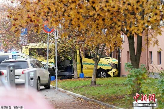當地時間10月22日下戰書,挪威首都奧斯陸一名武拆男子偷走了一輛解救護車,并謝車襲擊了街頭的民寡,多人被碰倒。