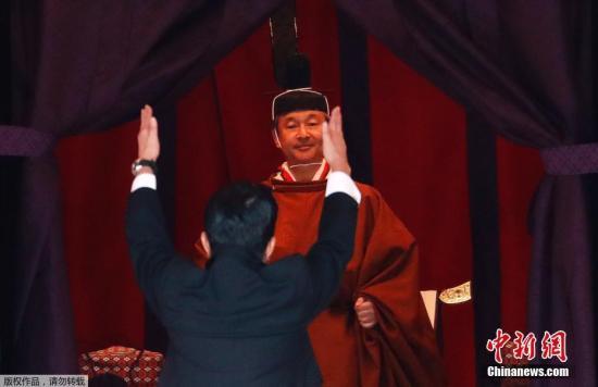"""当地时间10月22日,日本东京,日本第126代天皇德仁""""即位礼正殿之仪""""举行。图为日本首相安倍晋三近前参见。"""
