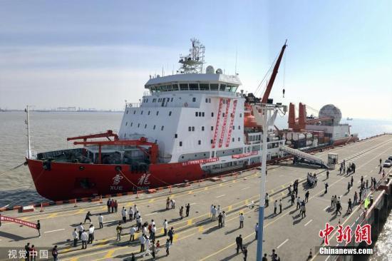 """资料图:10月22日,""""雪龙号""""从上海出发赴南极科考。图片来源:视觉中国"""