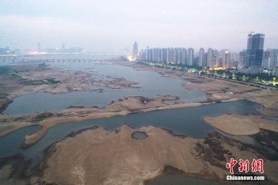 10月22日,无人机航拍长江主要支流之一、江西省最大河流赣江南昌段水域,河床大面积裸露,岸边不少河床甚至干涸龟裂。当日20时,赣江南昌站实时水位为11.61米。8月以来,江西气温创历史同期新高,降水异常偏少,平均降雨量较常年同期偏少近9成,山塘水库大面积干涸。刘占昆 摄