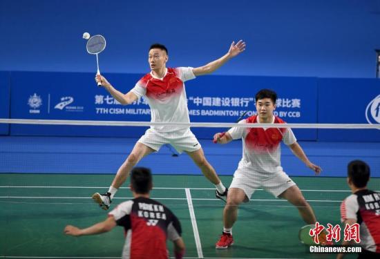 10月23日,第七届世界军人运动会羽毛球男子团体决赛在武汉市举行。中国队3-0战胜韩国,获得本届军运会羽毛球男子团体比赛金牌。图为张楠(左)和谭强在男子双打比赛中。<a target='_blank' href='http://www.chinanews.com/'>中新社</a>记者 安源 摄