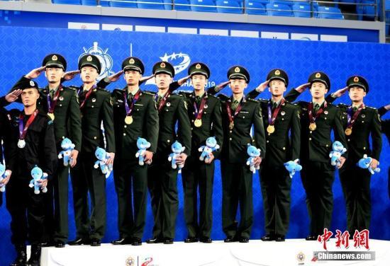 10月23日,第七届世界军人运动会羽毛球男子团体决赛在武汉市举行。中国队3-0战胜韩国,获得本届军运会羽毛球男子团体比赛金牌。图为颁奖现场。中新社记者 安源 摄
