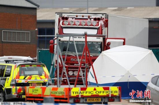 本地工夫10月23日清晨,英国警圆正在埃塞克斯一辆卡车散拆箱内,发明了39具尸体。英媒称,据开端迹象表白,逝世者包罗一位青少年。警圆称,该辆卡车去自保减利亚,于19日进进英国。今朝,司机已被拘捕。