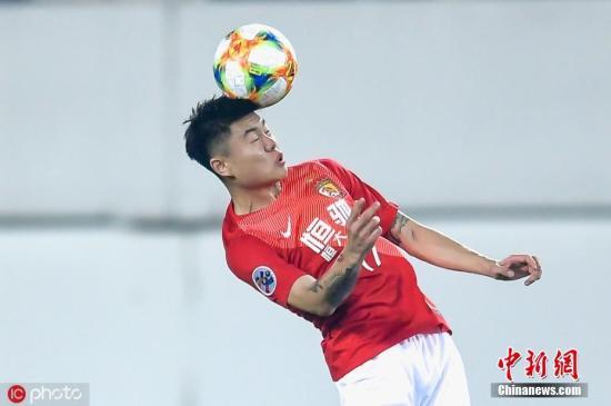 资料图:广州恒大球员杨立瑜在比赛中争抢头球。刘嘉良 摄 图片来源:IC photo