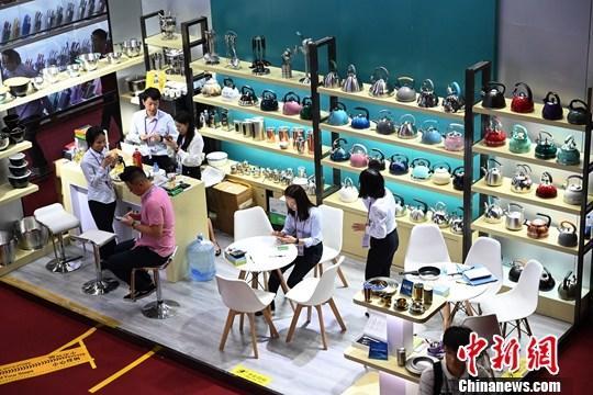 原料图:第126届中国进出口商品营业会(广交会)二期在广州琶洲展馆开幕,本期重要展出日用消耗品类、礼品类以及家居装饰品类商品。图为展览现场。中新社记者 姬东 摄