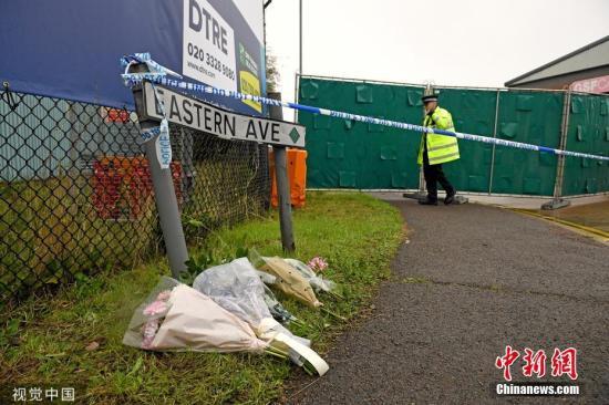 当地时间10月24日,英国埃塞克斯郡,人们在发现货车的地方献花悼念死者。英国警方23日凌晨在埃塞克斯郡货车货柜内发现39具尸体。目前,警方正在继续对25岁的卡车司机莫罗宾逊质询,后者因涉嫌谋杀被捕。图片来源:视觉中国