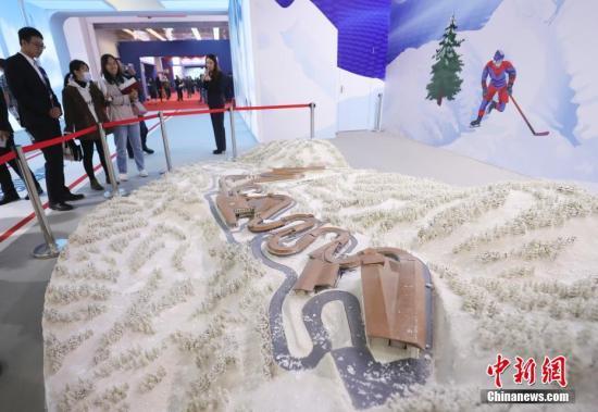 10月24日,第二十二届中国北京国际科技产业博览会开幕,本届科博会将重点展示一批高精尖技术成果和产业集群。2个国际组织、19个国家及地区的20多个代表团参会。图为观众参观北京冬奥会雪车雪橇场馆沙盘。中新社记者 杜洋 摄
