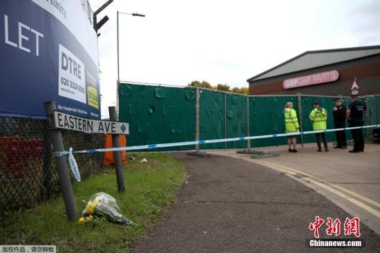 当地时间10月24日,英国埃塞克斯郡,人们在发现货车的地方献花悼念死者。英国警方23日凌晨在埃塞克斯郡货车货柜内发现39具尸体。目前,警方正在继续对25岁的卡车司机莫罗宾逊质询,后者因涉嫌谋杀被捕。