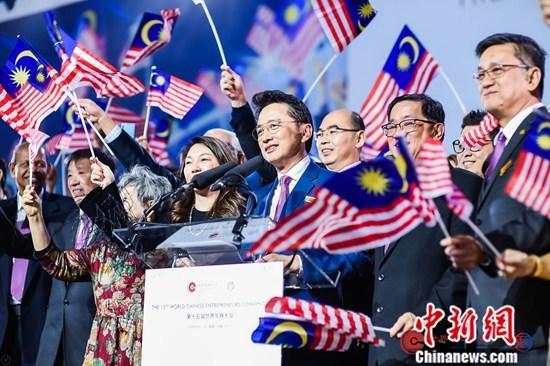 在10月23日的闭幕式上,大会宣布2021年第16届世界华商大会将由马来西亚中华总商会主办。图为10月23日,英国中华总商会和马来西亚中华总商会举行交旗仪式现场。中新社发 王渊欣 摄