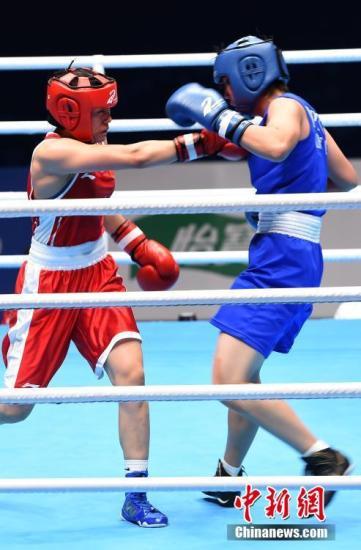 图为中国选手窦丹(左)在69公斤级决赛中对决朝鲜选手Kim Jin Son。新闻网记者 周毅 摄