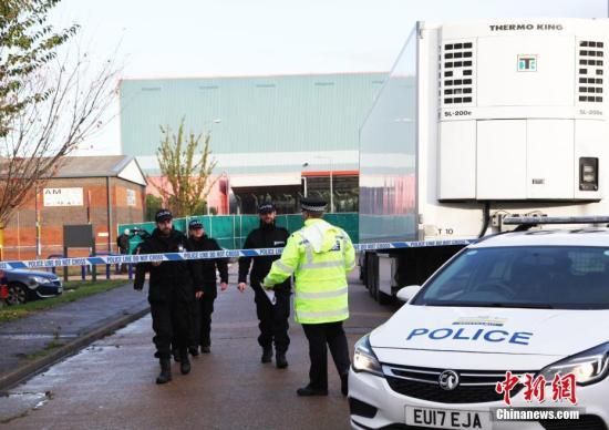 资料图:英国货车藏尸案发生后,当地警方在事件现场拉起了警戒线。中新社记者 李尚壕 摄