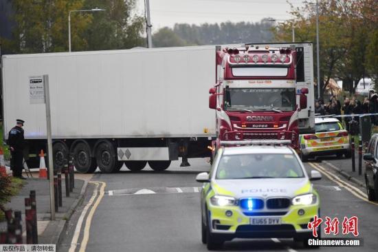 資料圖為被發現載39具遇難者遺體的卡車在警方的護送下駛離事發地。