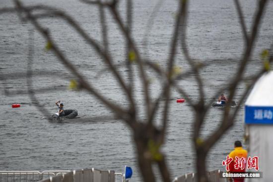 图为中外参赛选手在两栖越野划船比赛中。<a target='_blank' href='http://www.haofudezsh2062.top/'>中新社</a>记者 何蓬磊 摄