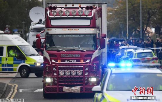 当地时间10月23日,被发现载39具遇难者尸体的卡车在警方的护送下驶离事发地。