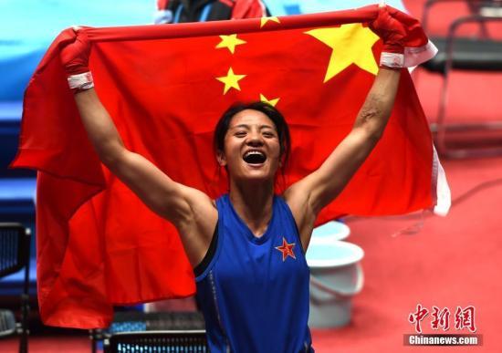 10月25日,是第七届世界军人运动会女子拳击比赛决赛日,在51公斤级、57公斤级、60公斤级、69公斤级决赛中,中国选手吴愉、刘飘飘、许紫春、窦丹分别以5:0的成绩赢得冠军。图为中国选手刘飘飘在女子拳击比赛57公斤级决赛中夺得冠军。<a target='_blank' href='http://www.chinanews.com/'>中新社</a>记者 周毅 摄