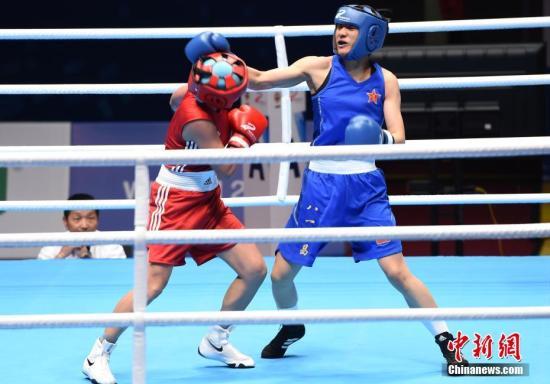 图为中国选手刘飘飘(右)在女子拳击比赛57公斤级决赛中与俄罗斯选手萨加塔艾娃在场上较量。新闻网记者 周毅 摄