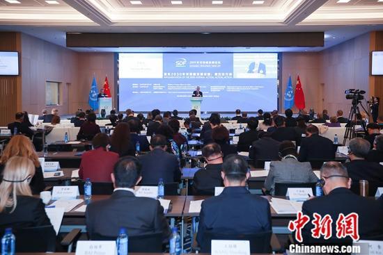 """10月24日,首届可持续发展论坛在北京开幕,为期两天的论坛共设五个主题环节,从政府、企业、国际组织和智库及社会组织等主体角度,探讨各方落实2030年议程的行动和经验,并专题研讨""""一带一路""""与2030年议程协同增效。图为论坛现场。新闻网记者 贾天勇 摄"""