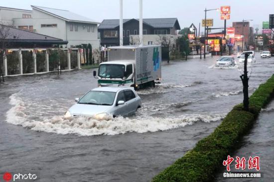 """当地时间2019年10月25日,今年第21号台风""""博罗依""""影响,日本东部地区再次迎来大范围强烈降雨,尤其是之前曾先后遭受15号台风和19号台风袭击的千叶县。25日,千叶县从一大早开始的强降雨引发了河水泛滥及泥石流灾害,目前已致1人死亡,2人失踪。成田机场相继出现航班转降其他机场情况。此外,神奈川县内,横滨、川崎、相模原市等均发出大雨警报。 图为日本千叶县成田市,当地遭遇暴雨袭击,街道遭水淹。 图片来源:ICphoto"""