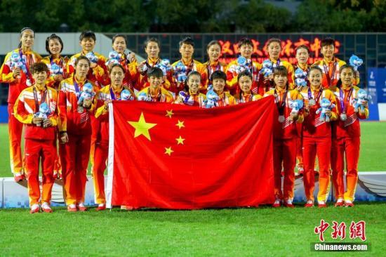 资料图:10月26日,第七届世界军人运动会女子足球决赛在湖北省武汉市举行。朝鲜女足2:1战胜中国女足获得冠军。图为中国队获得亚军合影。 中新社记者 张畅 摄