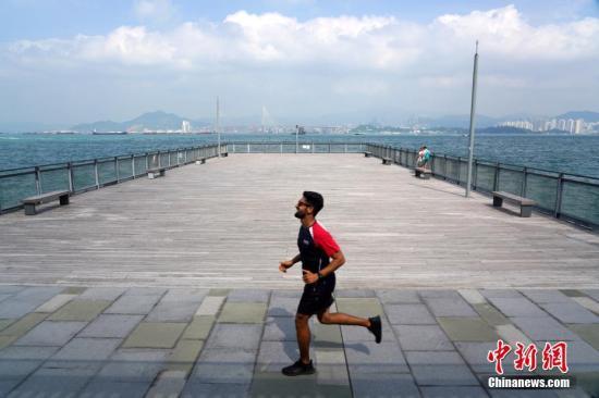 资料图:民众在公园中跑步。 /p中新社记者 张炜 摄