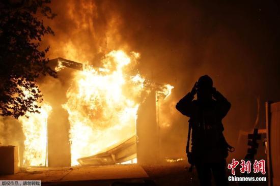 当地时间2019年10月25日报道,美国加州多起山火共导致超过4万居民被迫撤离,数十间房屋损毁。
