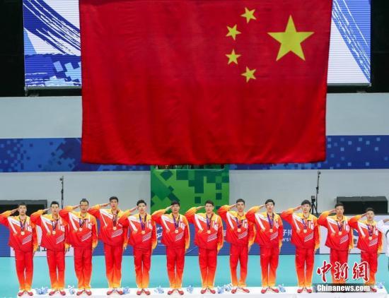 10月26日晚,第七届世界军人运动会男子排球决赛在湖北省武汉市举行。中国队以3-1击败韩国队夺得冠军。图为中国队夺得武汉军运会男子排球冠军。 <a target='_blank' href='http://www.chinanews.com/'>中新社</a>记者 张畅 摄