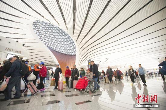资料图:10月27日,民众正在北京大兴国际机场准备乘机出行。<a target='_blank' href='http://www.chinanews.com/'>中新社</a>记者 张云 摄