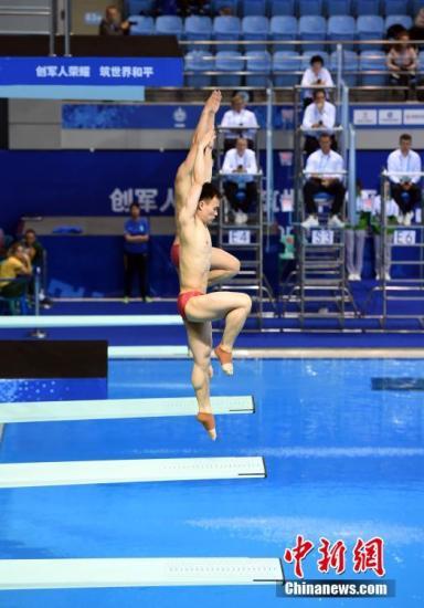 10月27日,第七届世界军人运动会跳水男子双人3米板决赛在湖北省武汉市举行,中国组合王宗源/谢思埸以472.20分获得冠军,另一对中国组合马德鹏/彭健烽以428.94分获得亚军。图为王宗源/谢思埸在比赛中。 中新社记者 侯宇 摄