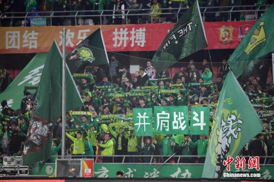 此前高额的投入在带动中超人气方面还是有一定作用。资料图为北京中赫国安球迷。 中新社记者 毛建军 摄