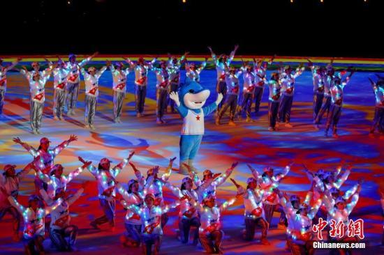 """资料图:武汉军运会吉祥物""""兵兵""""亮相闭幕式。新闻网记者 张畅 摄"""