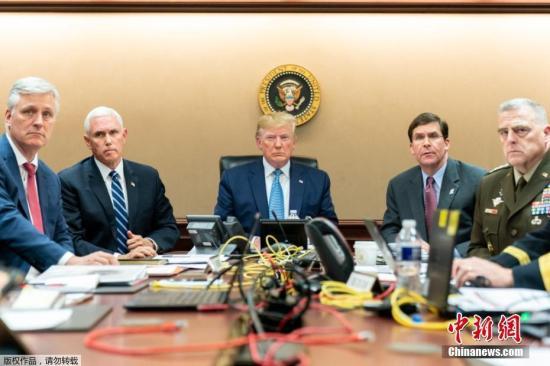 """美国总统特朗普27日在白宫宣布,极端组织""""伊斯兰国""""最高头目阿布·贝克尔·巴格达迪已在美军突袭行动中自杀身亡。美军26日夜间在叙利亚西北部发动了这次针对巴格达迪的军事行动。特朗普说,巴格达迪被追击至一处地道的""""死胡同"""",随后引爆身上的炸弹背心。图为特朗普观看美军针对""""伊斯兰国""""头目巴格达迪展开特殊袭击行动画面。"""