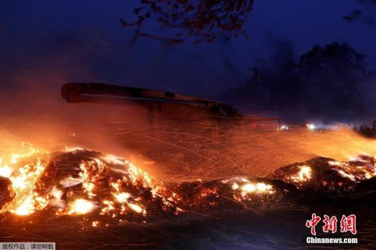 <b>加州野火快速蔓延致20万人紧急疏散 全州进入紧急状态</b>