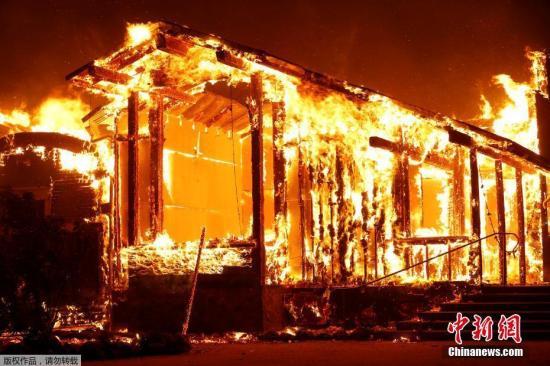当地时间2019年10月27日,美国加州希尔兹堡,当地森林火灾持续蔓延。当地时间26日,希尔兹堡、温莎、盖尔南维尔等小城约有9万居民被强制疏散。《旧金山纪事报》报道称,26日晚间,已燃烧了三天的大火蔓延至25955英亩,仅11%的面积被控制。大火摧毁了77座建筑,23500座建筑受到威胁。