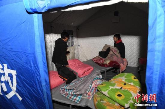 甘肃夏河5.7级地震震中。位于震中的甘肃省夏河县唐尕昂乡黄科自然村藏族受灾民众被安置在救灾帐篷中。中新社记者 杨艳敏 摄