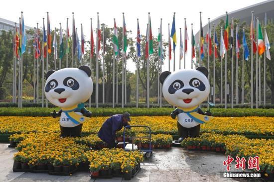 10月29日,工作人员在国家会展中心(上海)南广场上布置进博会鲜花装饰工程。新闻网记者 殷立勤 摄