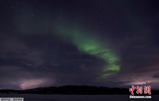 当地时间2019年10月28日,俄罗斯摩尔曼斯克,当地天空的唯美极光。