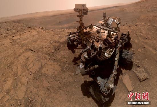 """2019年10月29日讯,英媒称,美国国家航空航天局(NASA)公布了""""好奇""""号火星车""""激动人心的""""自拍。这张照片事实上由57张单独的照片构成,它们被拼接在一起以记录这一对探测器来说的重要时刻。图片来源:视觉中国"""