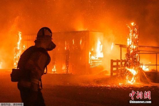 近日美国加州野火?#20013;?#32902;虐,加州州长纽瑟姆10月27日宣布全州进入紧急状态,有数十万人被下令?#38450;爰以啊?#22270;为消防员在现场灭火。