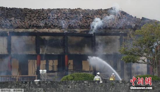 消防队员正在对首里城进行扑火作业。