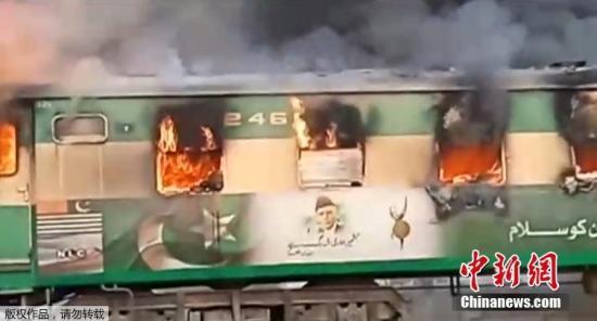 <b>巴基斯坦火车起火致65死数十伤 系煤气罐爆炸引起</b>