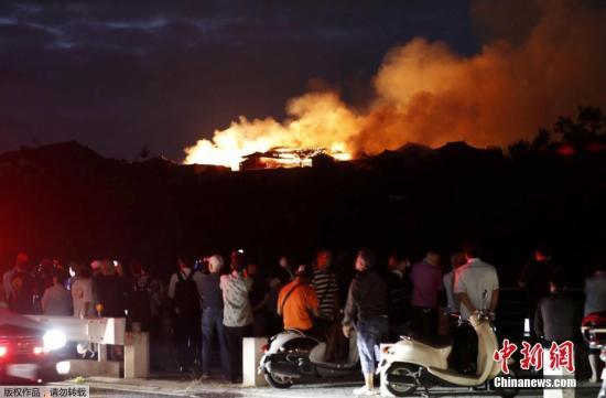 据报道,消防队在当地时间31日2时41分接获通报,立即派出大批人员救火,但直至当地时间凌晨7时大火仍尚未扑灭。