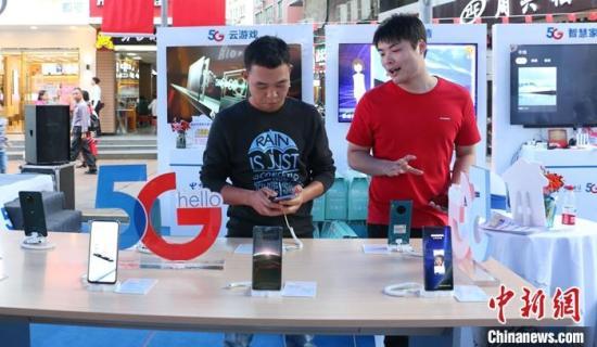 10月31日,民多广西柳州市五星商业步辇儿街选购5G手机。中新社记者 林馨 摄