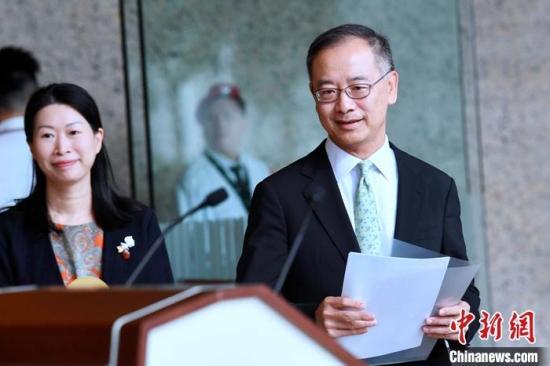 资料图:香港金融管理局总裁余伟文(右)。中新社记者 李志华 摄