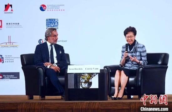 10月31日,香港特区行政长官林郑月娥(右)出席商界联席午餐会并与商界人士交流,谈及香港近期经济状况及竞争力等议题。/p中新社记者 麦尚旻 摄