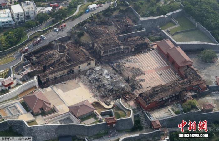 资料图:被烧毁的冲绳首里城。