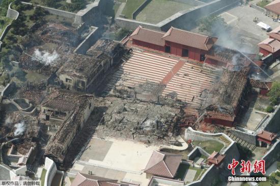 10月31日,日本冲绳县首里城突发大火,正殿、南殿和北殿,几乎全部被烧毁,现场一片狼藉。