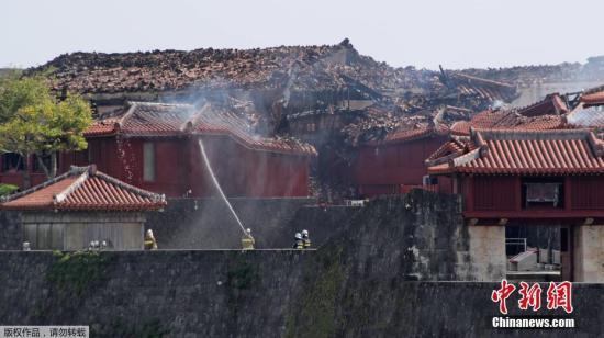 当地时间2019年10月31日,日本冲绳县那霸市,世界文化遗产冲绳首里城突发大火,现场火势十分猛烈,正殿、南殿和北殿,几乎全部被烧毁,现场一片狼藉。图为日本世界文化遗产冲绳首里城火灾前后的对比图片。