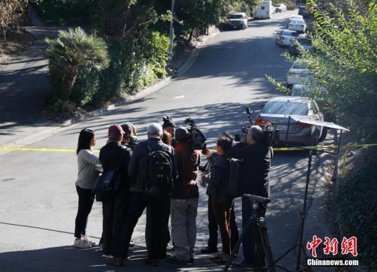 圖為11月1日,記者在案發地附近的警戒線外采訪。中新社記者 劉關關 攝